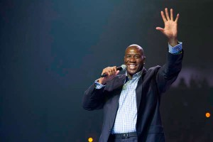 "Magic Johnson au ""We Day"" le 16 novembre 2011 à Waterloo au Canada"